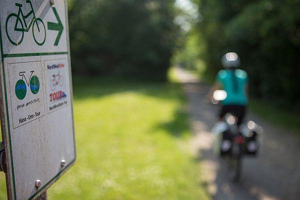 Der Artland-Express fährt zwischen Osnabrück und Ankum. Das Besondere an dieser Bahn ist, dass ihr das Fahrrad kostenlos mit auf eure Tour nehmen könnt. Perfekt also, um das nördliche Osnabrücker Land mit dem Rad zu entdecken. In Bramsche könnt ihr euch z. B. das Tuchmachermuseum angucken und danach weiter zum Alfsee radeln oder ihr fahrt bis Bersenbrück und radelt entlang der Hase-Ems-Tour durch schöne Landschaften und Flussauen wieder zurück nach Osnabrück.