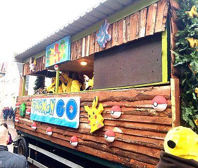Bunte Wagen fahren eine Woche vor Rosenmontag bei bester Stimmung zu Karneval durch Fürstenau.