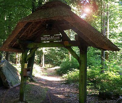 Hölzernes Eingangstor zum Waldlehrpfad Vosspäddgen in Bippen im Osnabrücker Land.